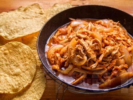 Пилешки късчета с домашен доматен пикантен сос - снимка на рецептата